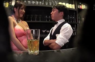 Anh nhân viên pha chế số hưởng và quý cô vếu bự Yua Housaki