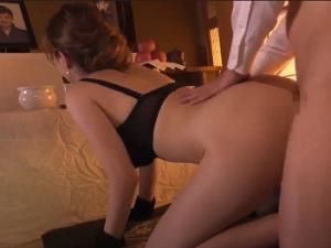 Hiếp dâm góa phụ trẻ Tia trước di ảnh của chồng