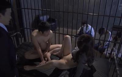 Những kẻ bắt cóc hãm hiếp các nữ con tin xin đẹp
