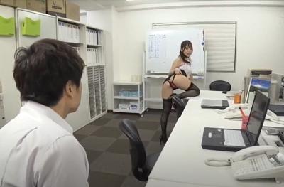 Nữ trưởng phòng xinh đẹp dâm đãng Yuu Shinoda và những anh chàng nhân viên may mắn