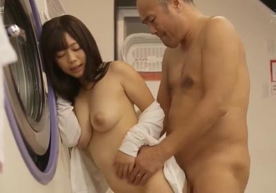 Em gái dâm đãng Miharu Usa lên cơn nứng lồn tai cửa hàng giặt là công cộng